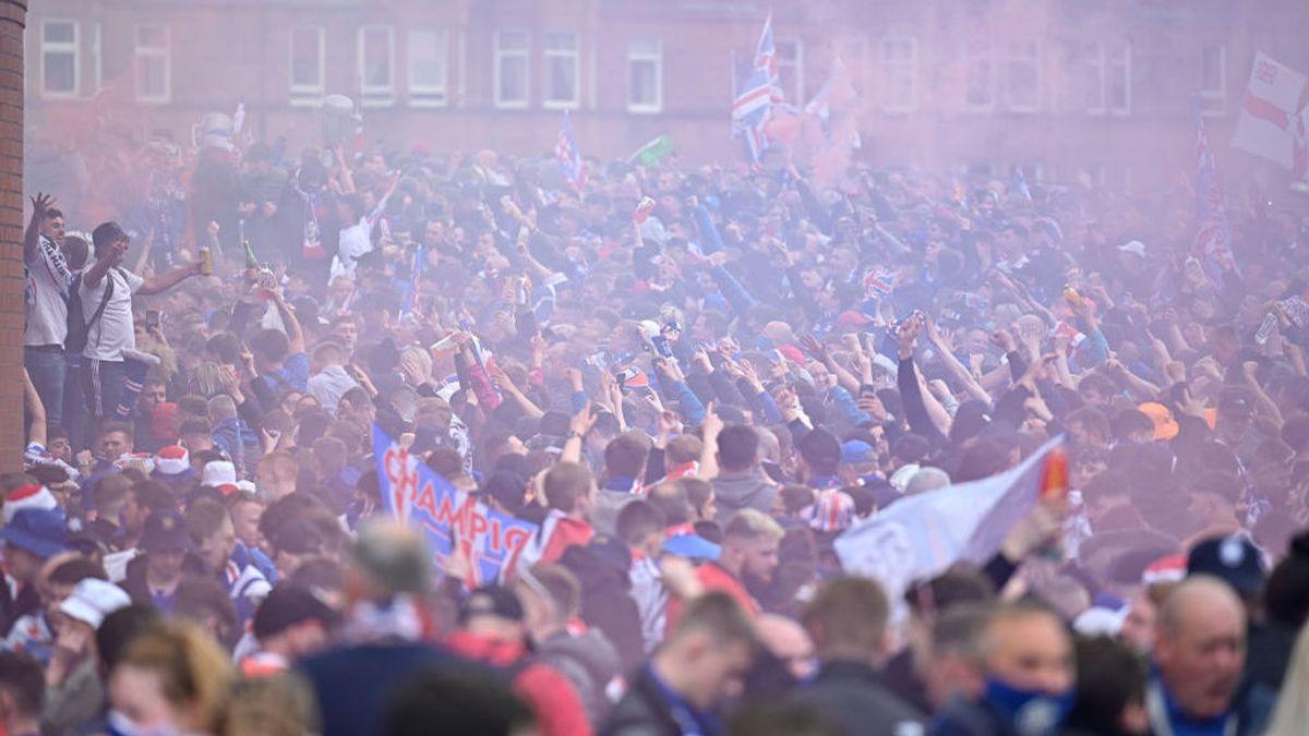 Miles de aficionados escoceses celebran la victoria de los Rangers sin mascarilla ni distancia pese a las advertencias