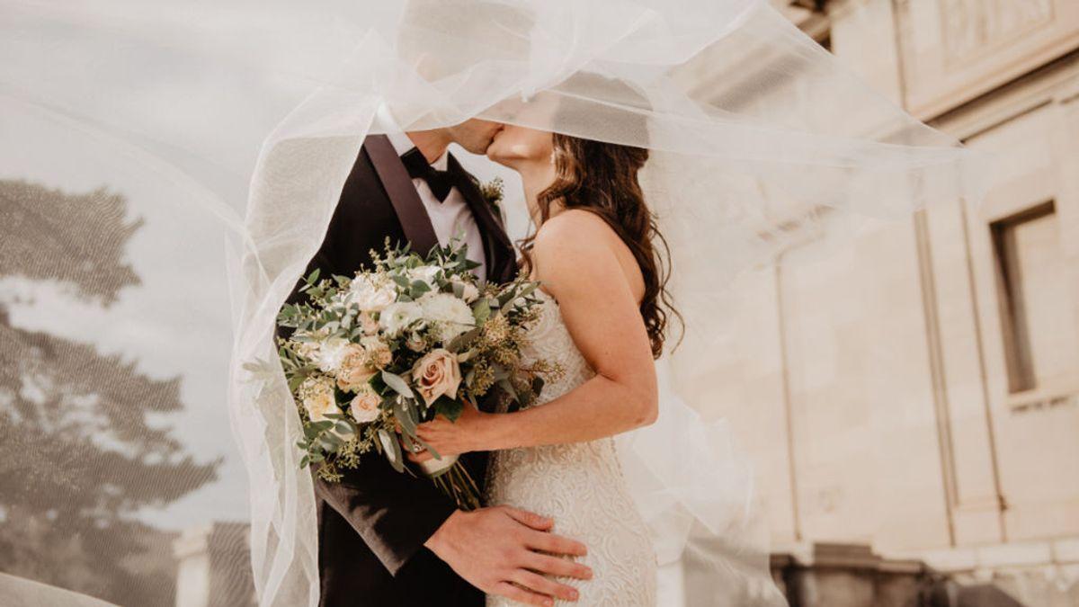 Una mujer simula su propia boda para vengarse de su exnovio