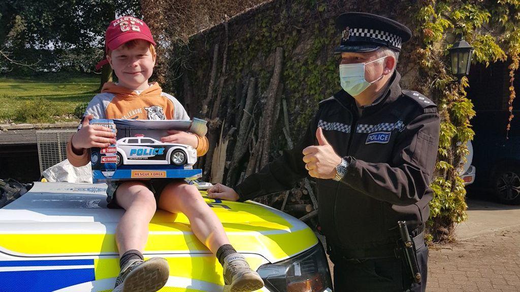"""La llamada de Monty, de 5 años a la policía salva a su madre: """"Se ha desmayado"""""""