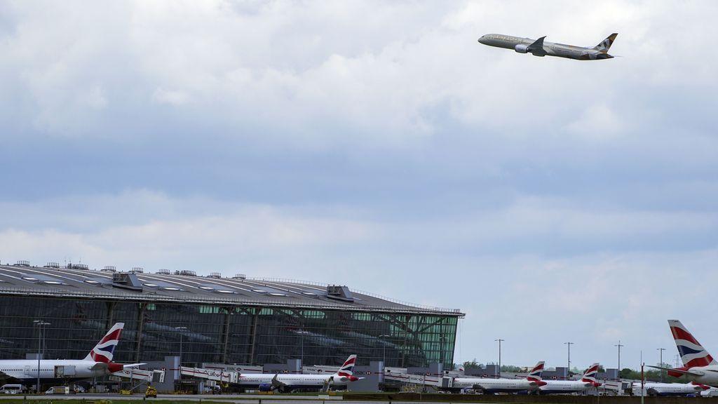 Reino Unido desaconseja reservar viajes en España