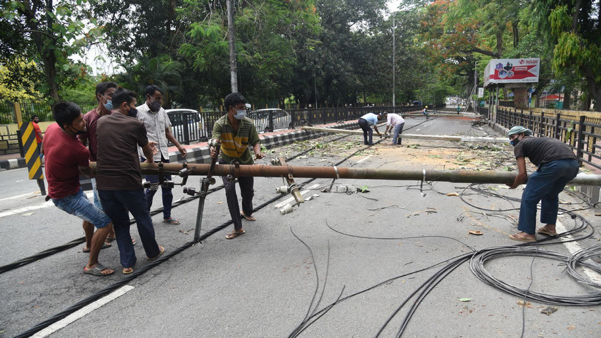 EuropaPress_3713623_16_may_2021_india_guwahati_workers_remove_the_electric_pillars_from_road