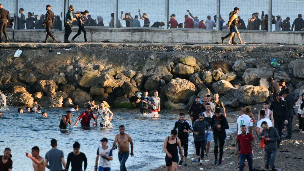 """El Gobierno asegura que ya está devolviendo a Marruecos """"a ritmo importante"""" inmigrantes llegados a Ceuta"""