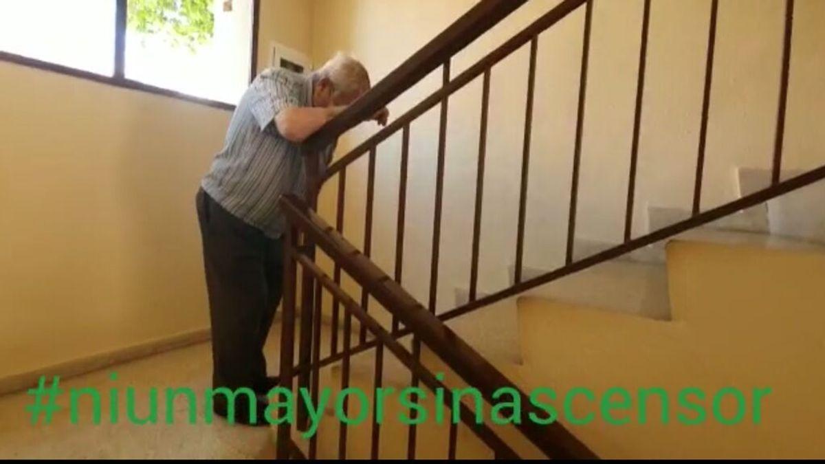 """Esperan un ascensor en Málaga: """"Mi padre con 84 años lleva más de un año sin poder salir de casa"""""""