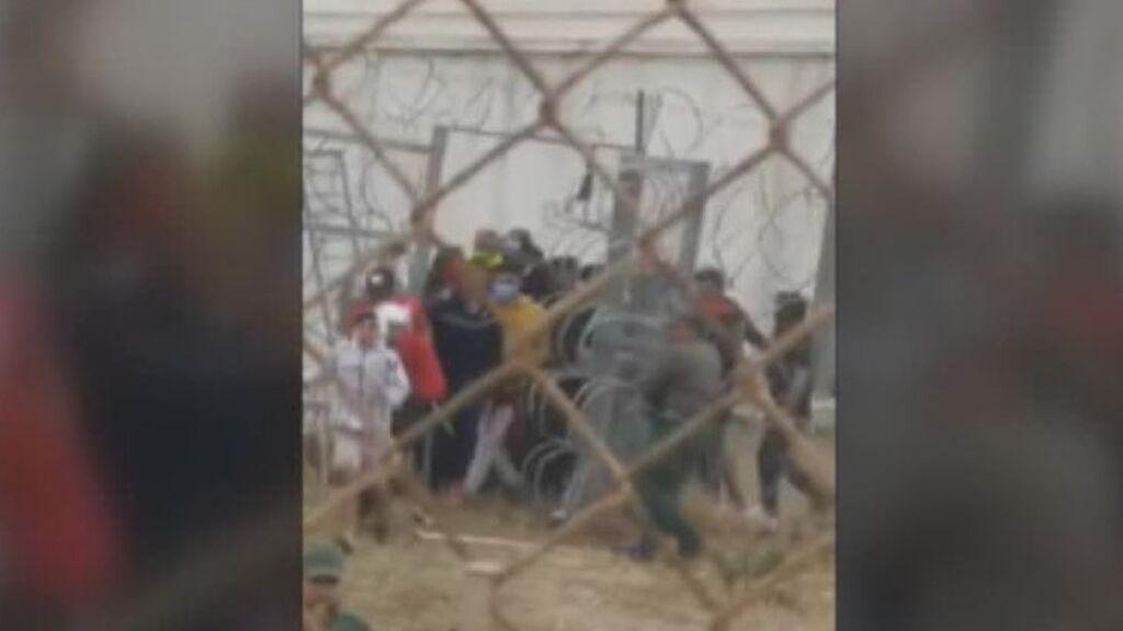 La imagen de las autoridades marroquíes abriendo al valla deja claro que la avalancha fue provocada