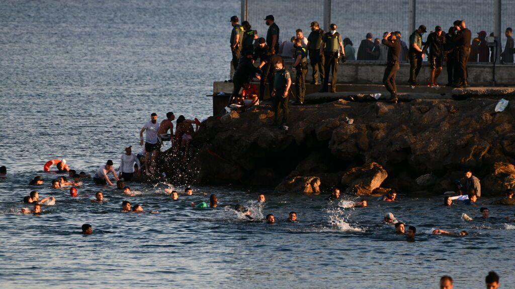 EuropaPress_3717482_personas_migrantes_playa_tarajal_17_mayo_2021_ceuta_espana_espana