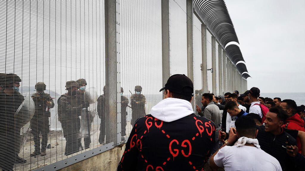 Crisis migratoria en Ceuta: la policía interviene en varias peleas con los inmigrantes marroquíes