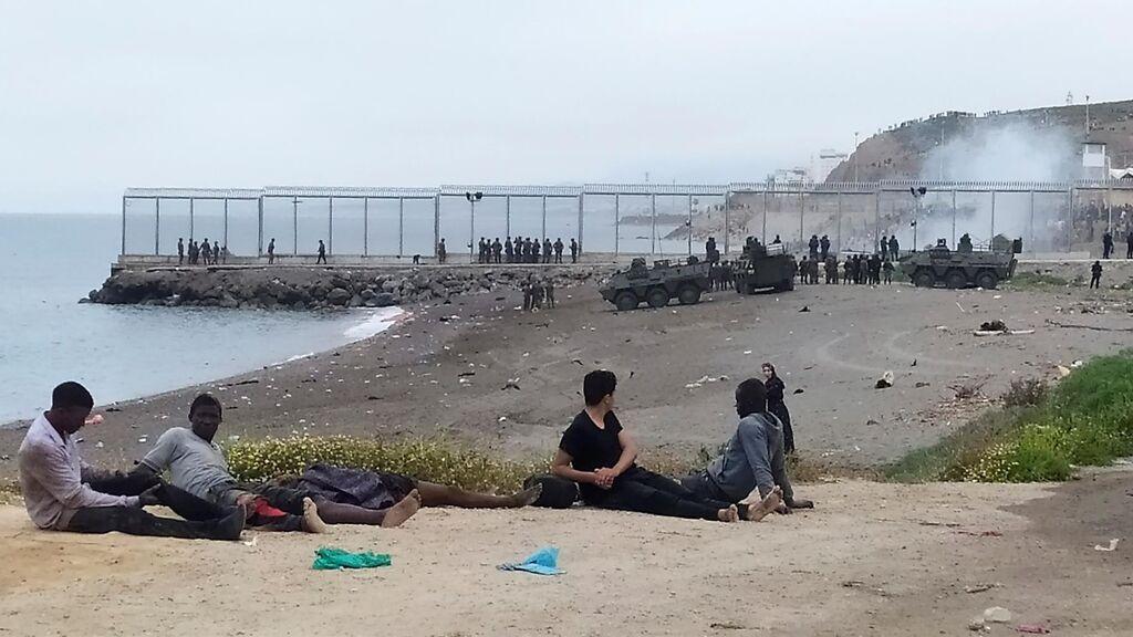 Tanques en la frontera de Ceuta ante la invasión de inmigrantes de Marruecos