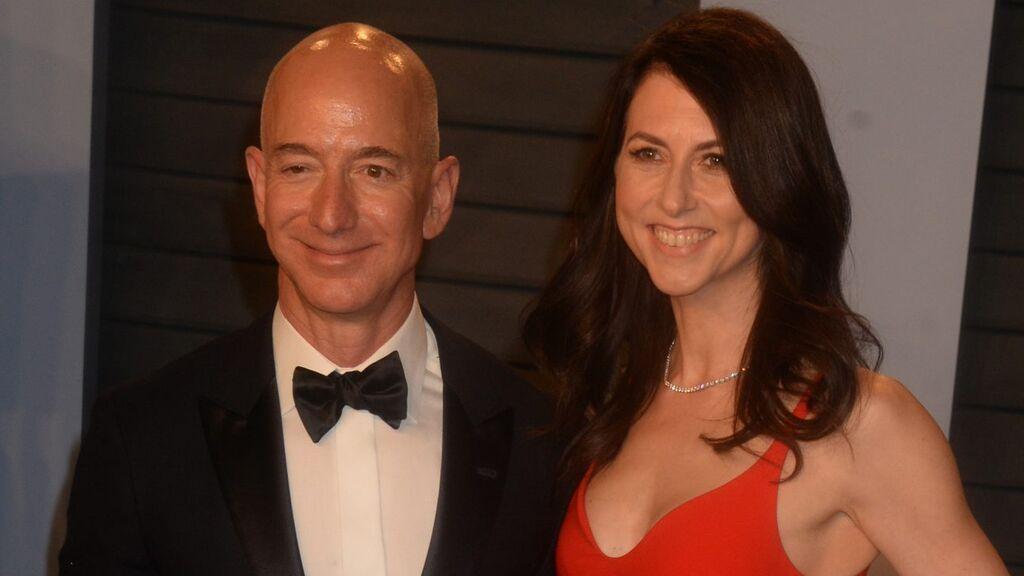 Jeff Bezos y MacKenzie se repartieron sus acciones en Amazon.