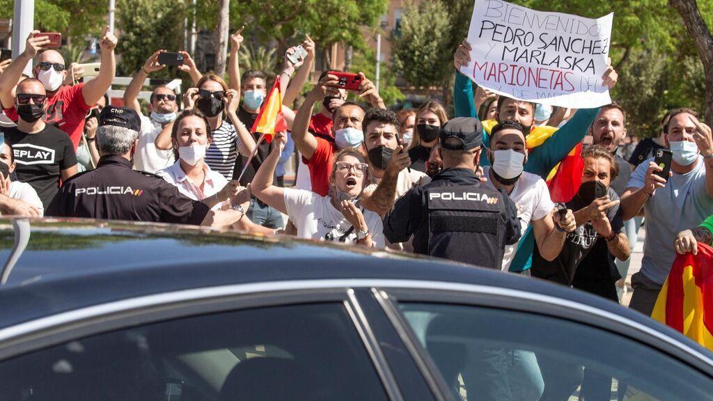 Un grupo de manifestantes increpa a Sánchez a su llegada a Ceuta