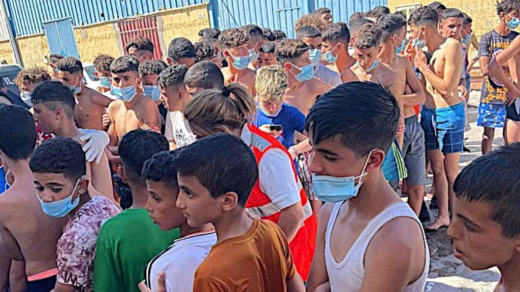 Menores marroquíes esperan a ser atendidos y filiados en Ceuta