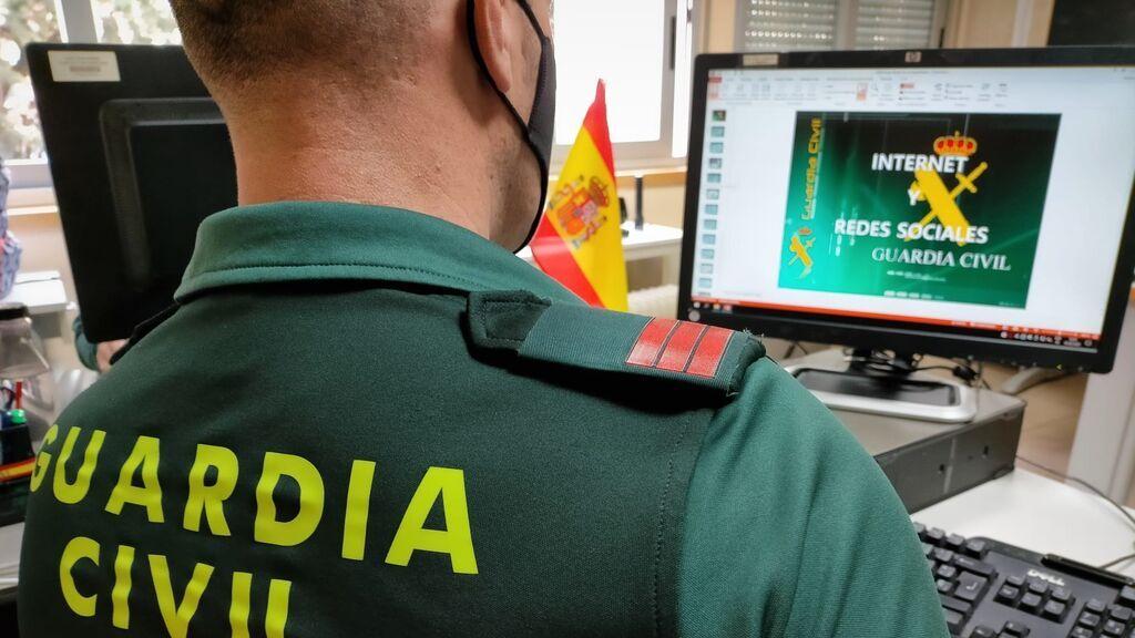 EuropaPress_3566732_agente_guardia_civil_frente_ordenador