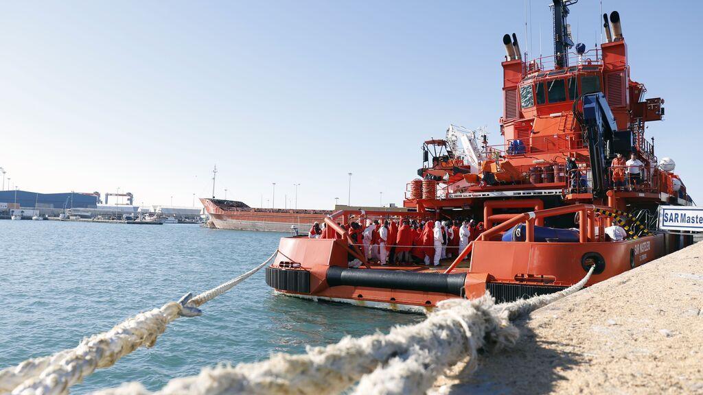EuropaPress_2341111_buque_sar_mastelero_llega_inmigrantes_puerto