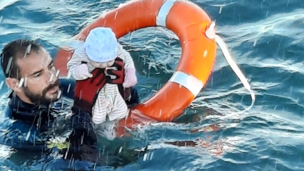 """Carme Chaparro o Ismael Serrano reaccionan a la imagen del salvamento de un bebé en el mar: """"Son los héroes invisibles de la sociedad"""""""