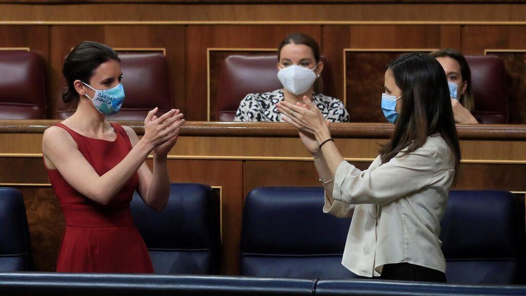 Las ministras de Podemos, Irene Montero e Ione Belarra, se aplauden tras el debate de la ley de la infancia
