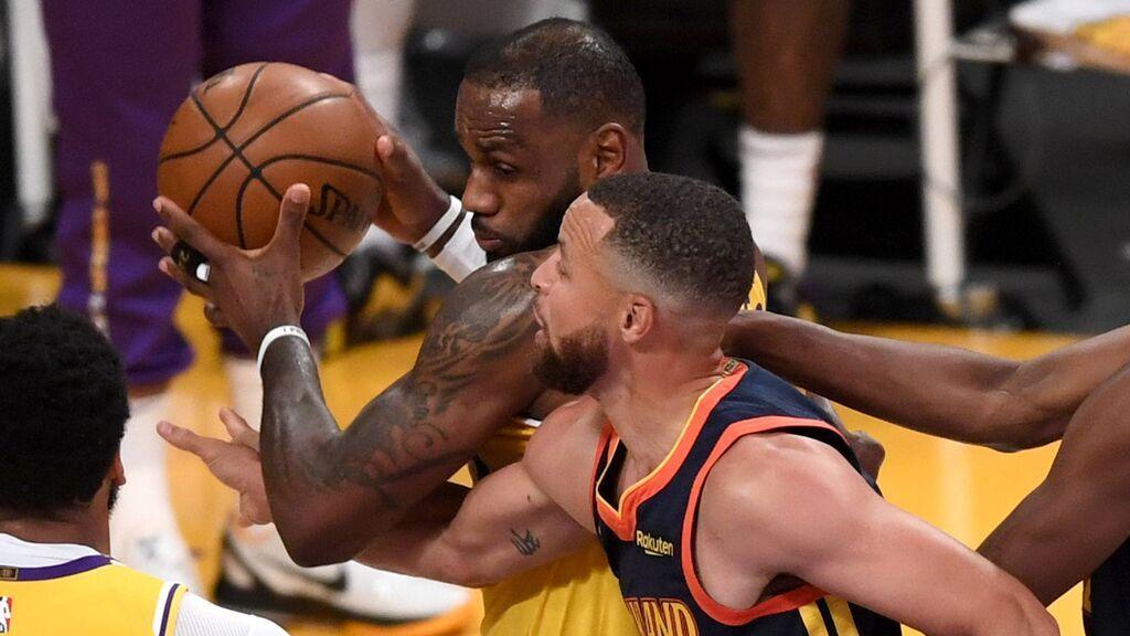 LeBron James mete a los Lakers en Playoffs con un triple en la cara de Stephen Curry