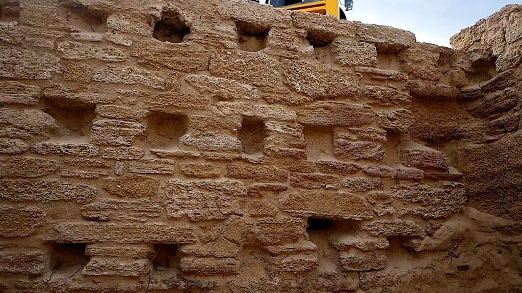 Las paredes de más de cuatro metros de altura de las termas
