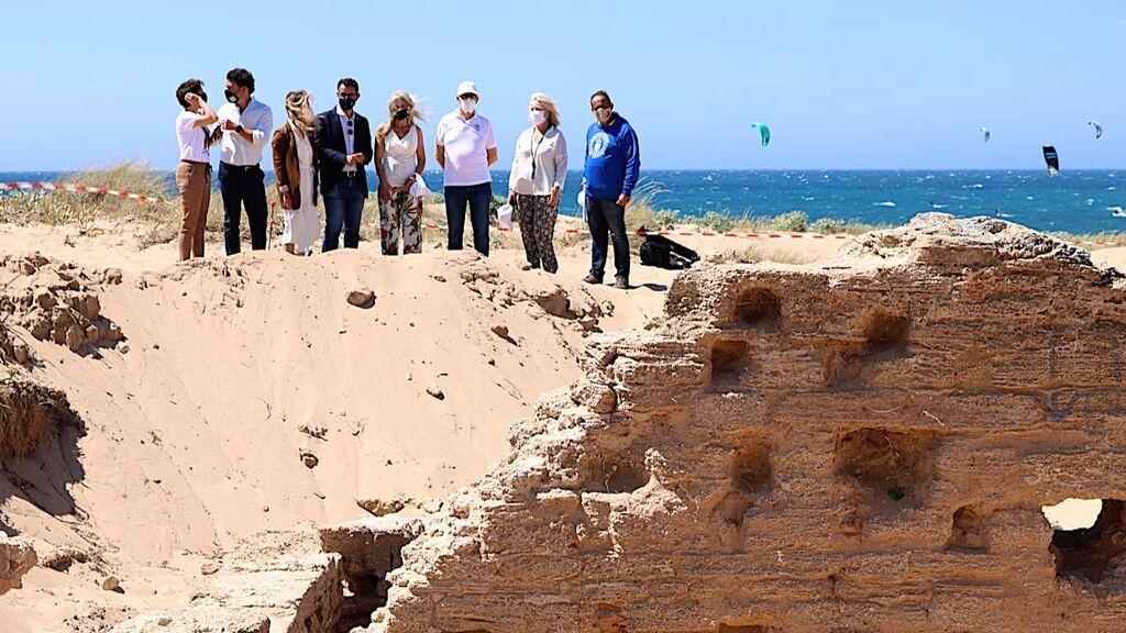 El alcalde de Barbate, con traje, junto a los arqueólogos en las termas