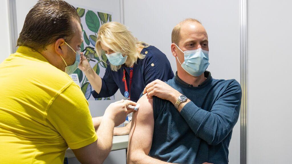 El príncipe William recibe su primera dosis de la vacuna contra el coronavirus