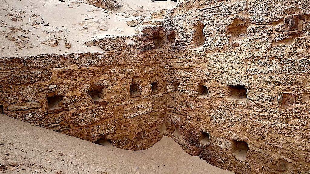 Una parte del edificio aún enterrada en la arena