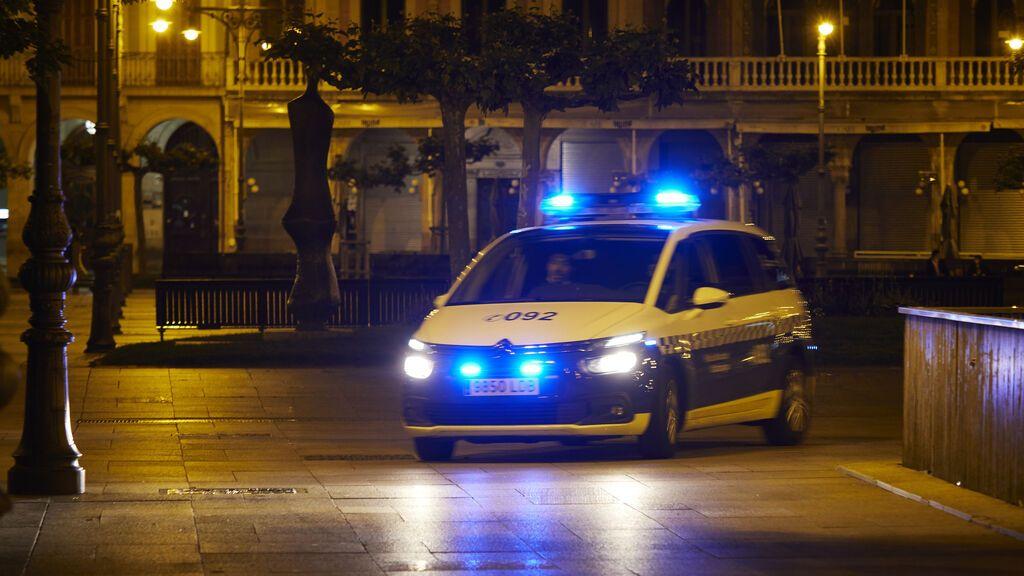 EuropaPress_3703561_patrulla_policia_municipal_pamplona_plaza_castillo_alrededor_media_noche