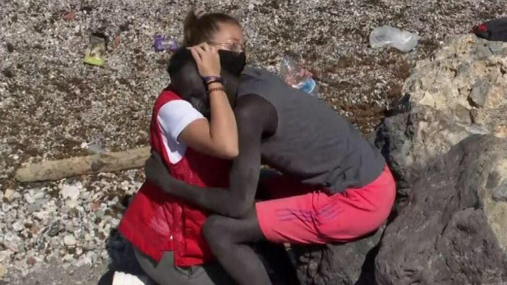 La cooperante de Cruz Roja restringe el acceso a sus redes ante los ataques por consolar a un migrante