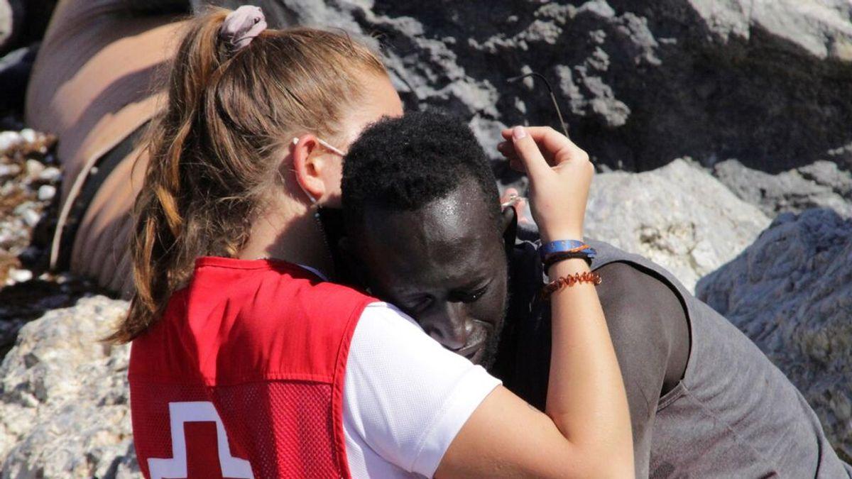 Oleada de apoyo para Luna, la joven voluntaria de la Cruz Roja que consoló a un migrante en Ceuta