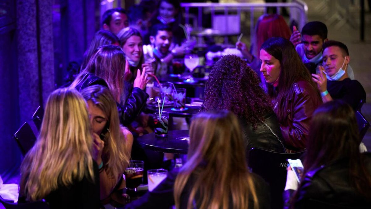La noche de copas en Sitges sin distancia social que puede reabrir el ocio nocturno