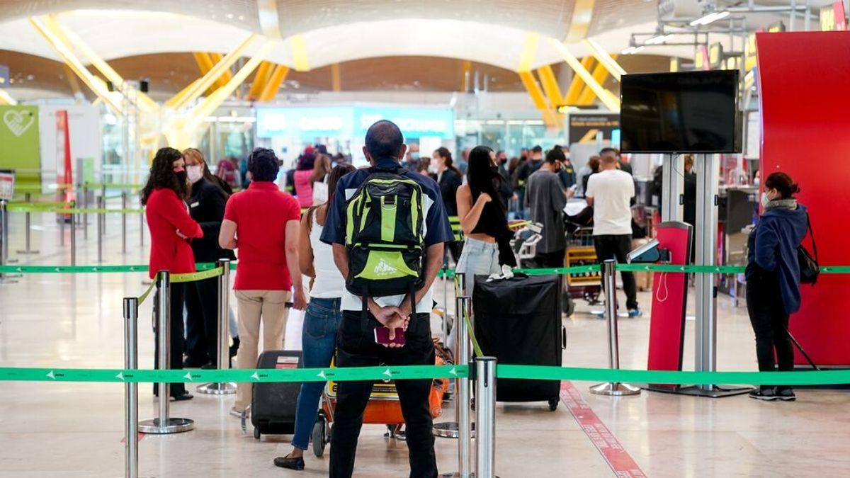 EuropaPress_3700217_varias_personas_hacen_cola_t4_aeropuerto_adolfo_suarez_madrid-barajas
