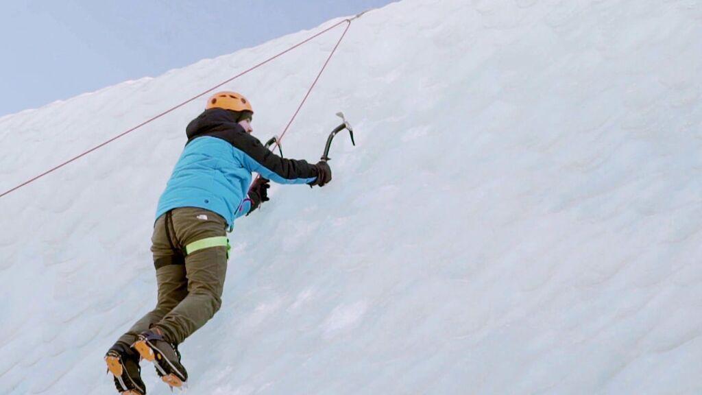 Willy Bárcenas escala un hielo en vertical