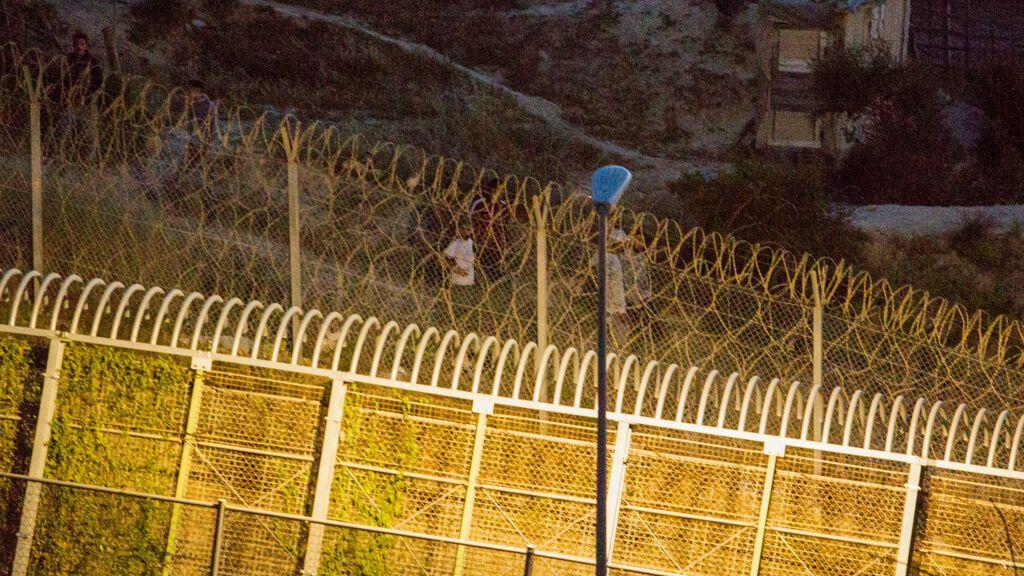 EuropaPress_3727818_varios_marroquies_intentan_llegar_suelo_espanol_frontera_separa_melilla