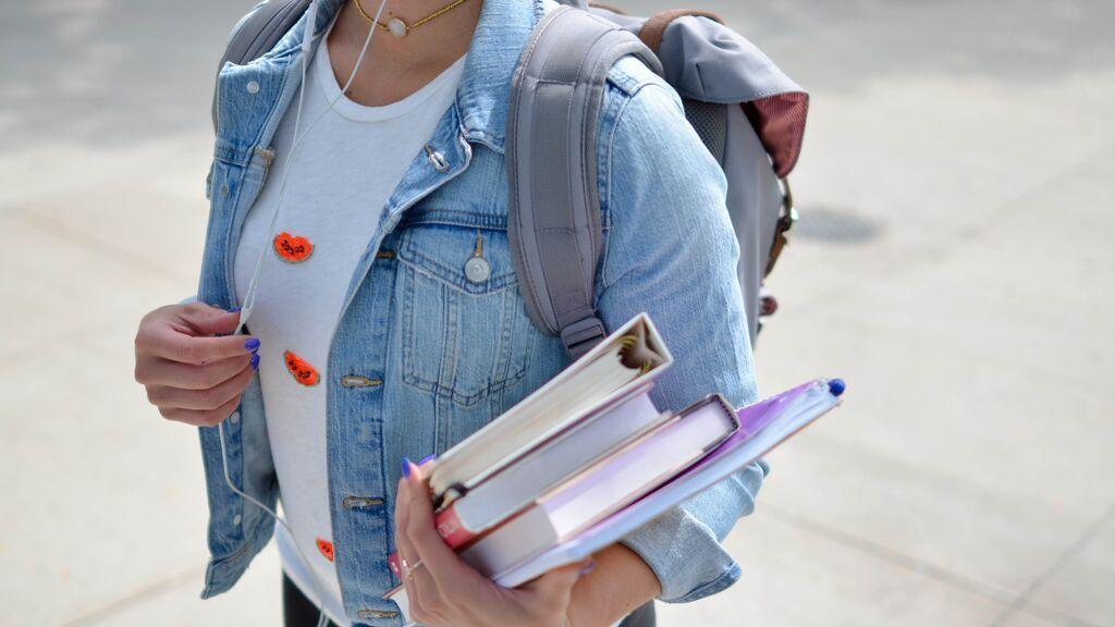 Chica yendo a la universidad