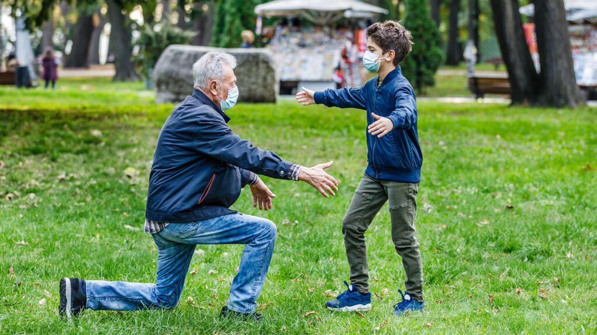 Los pediatras recomiendan usar mascarilla si los niños abrazan a sus abuelos vacunados