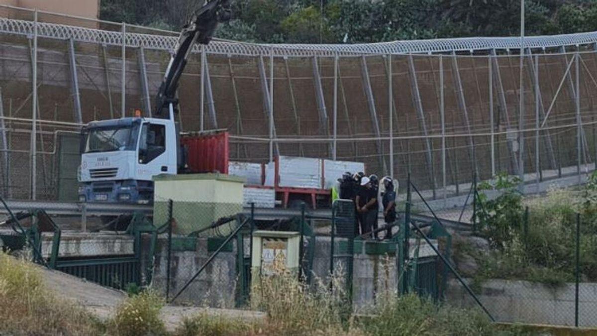 Trabajadores de Ferrovial reparan la valla de Melilla protegidos por la Guardia Civil tras los últimos saltos