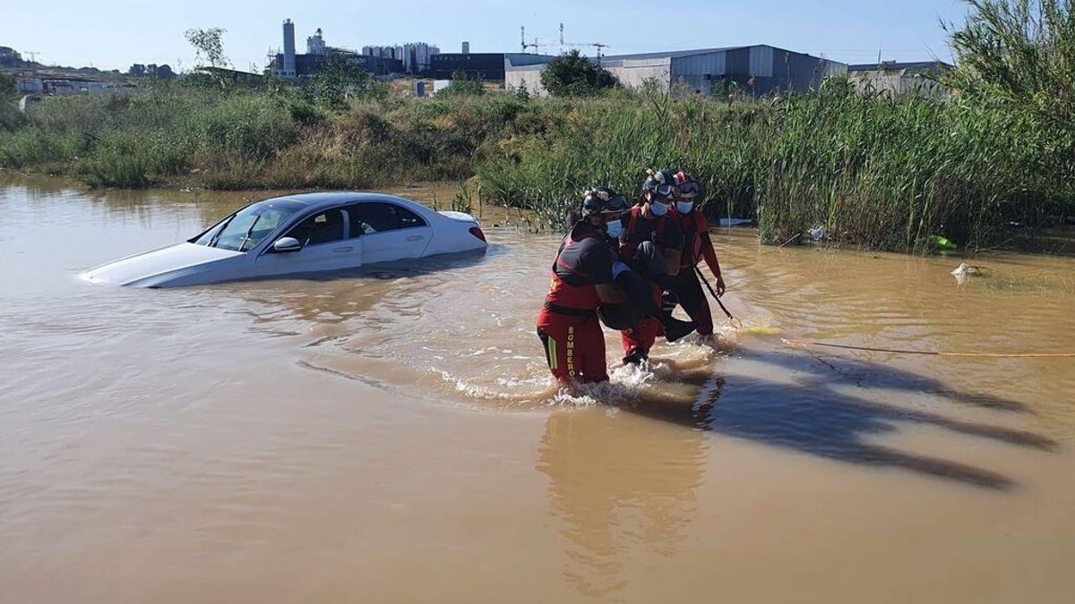 Rescatan a un conductor atrapado con su coche en una rambla inundada en Murcia