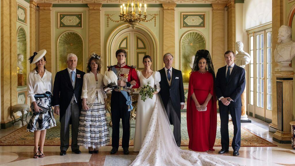 El conde de Osorno Carlos Fitz-James Stuart y Belén Corsini, acompañados por Mónica de Lacalle, duque de Alba, duquesa de Calabria, condes de Osorno, Juan Carlos Corsini, Matilde Solís y el duque de Calabria