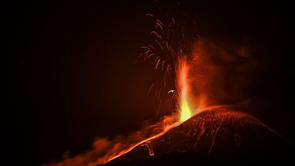 El volcán Etna erupciona de nuevo y deja una nube de humo y cenizas en Sicilia