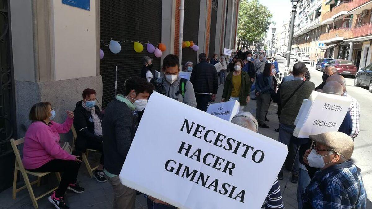 """Cientos de mayores piden con una 'sentada' que se reabran sus centros: """"Esto nos está matando en vida"""""""