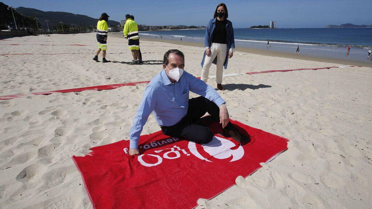 El alcalde de Vigo, Abel Caballero, posa en la presentación del sistema de parcelación de playas con cintas separadoras en el Arenal de Samil de Vigo.
