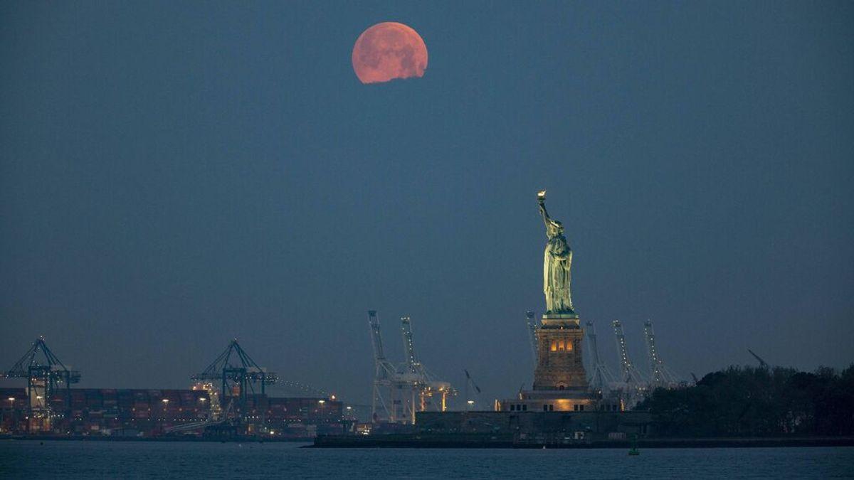 La superluna y la estatua de la Libertad, en Nueva York