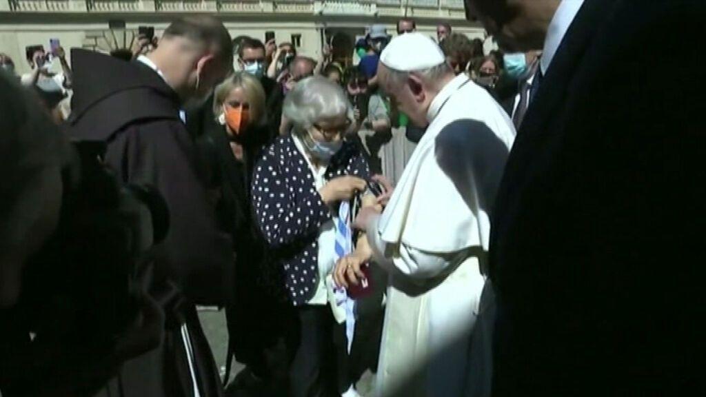 El Papa besa el número tatuado en el antebrazo de una superviviente de Auschwitz