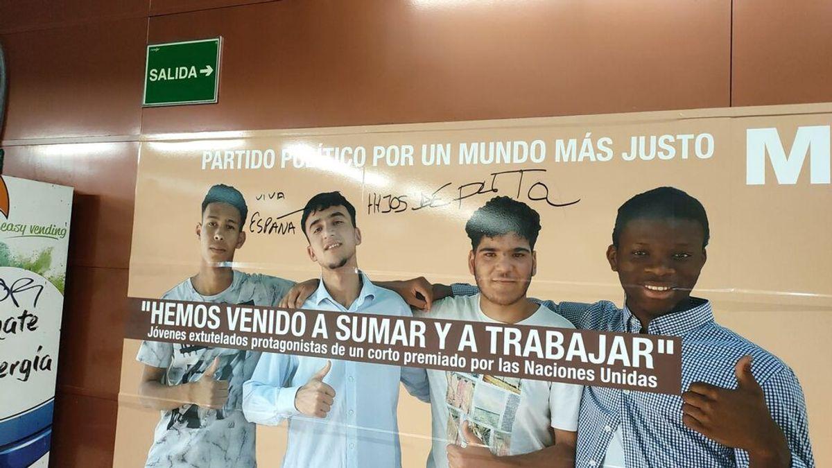 """Un cartel con el lema """"protege a los menores"""" sustituye al cartel de Vox de """"protege Madrid"""""""