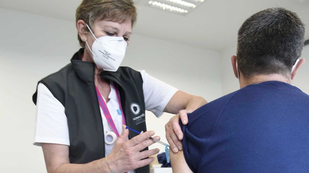 La elección entre Pfizer y AstraZeneca la pierde Sanidad: nueve de cada diez repite con la vacuna de Oxford