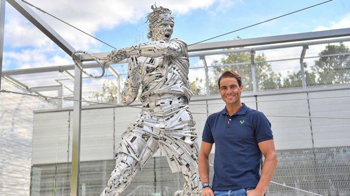 Rafa Nadal, junto a su estatua de Roland Garros