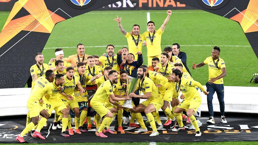 El Villarreal levanta la Europa League al cielo.