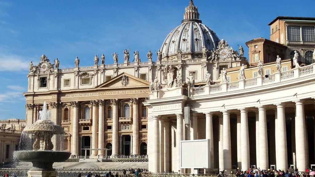 Una artista callejera demanda al Vaticano por plagiar una de sus obras en un sello
