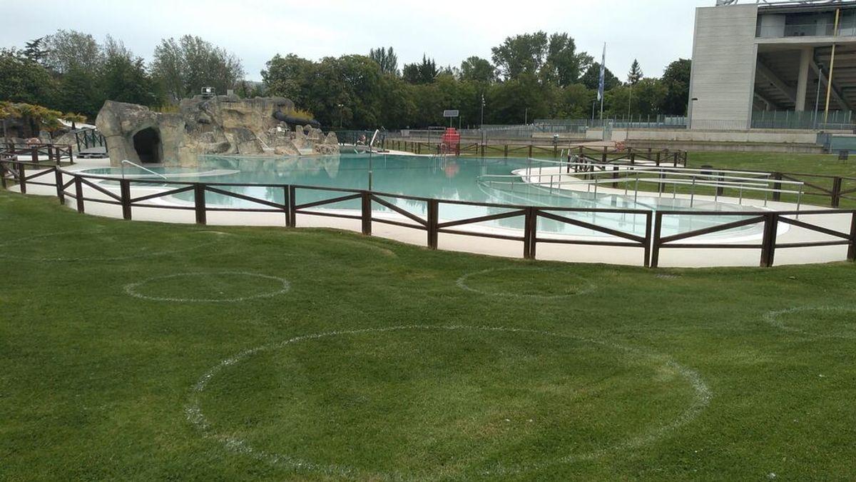 Arranca la temporada de piscinas en Vitoria: 1.800 círculos en el césped para delimitar espacios