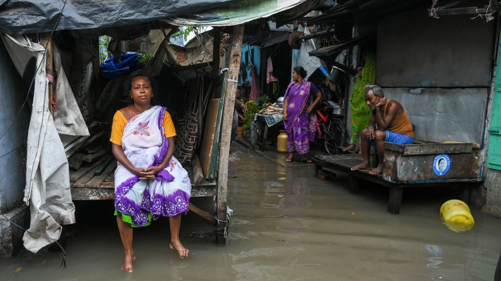 EuropaPress_3738032_26_may_2021_india_kolkata_people_sit_at_flooded_street_in_the_wake_of