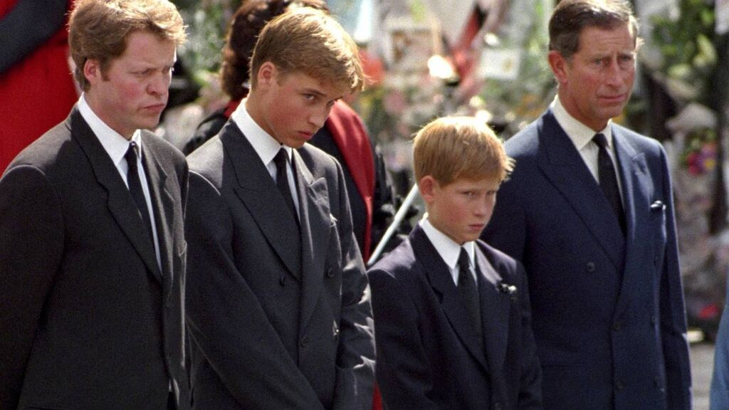 Estos fueron los momentos clave del funeral de Lady Di que pasaron desapercibidos: desde el vestido de Diana hasta la reverencia de la reina Isabel.