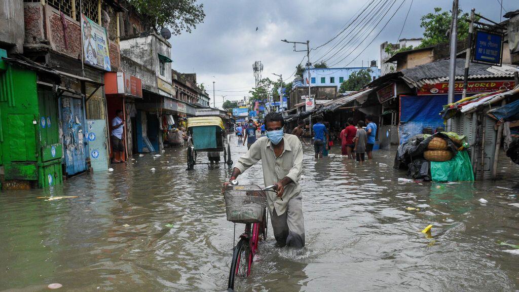 EuropaPress_3738031_26_may_2021_india_kolkata_man_pushes_his_bicycle_as_he_wades_through_the