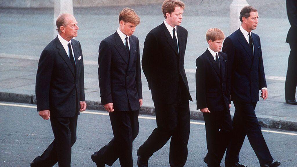 La comitiva estaba formada por el príncipe Felipe, Carlos, Charles Spencer, William y Harry.